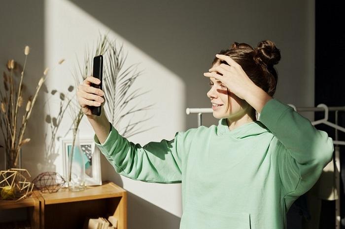 Une mannequin se prenant en photo depuis son domicile