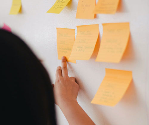 Réaliser un brainstorming pour trouver son nom d'entreprise.